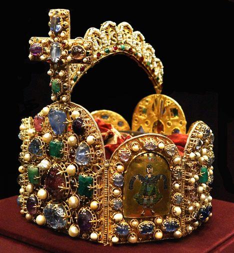 Koruna Svaté říše římské je putovní. Cestuje z jednoho místa na druhé.