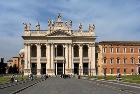 Lateránský palác v Římě přemění Svatý otec na harém.