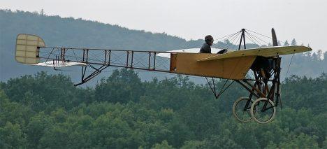 Letci už několik generací provádějí rekonstrukci Kašparova letu na stroji Blériot XI.
