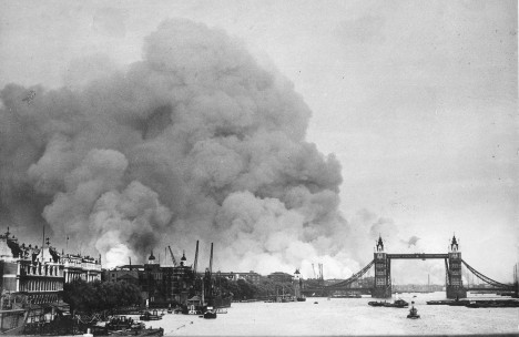 Během září roku 1940 dopadají na Londýn první bomby.