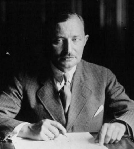 Místopředseda vlády Zdeněk Fierlinger tvrdí, že Gottwaldovi stačilo přinést láhev vodky, aby člověk dosáhl svého.