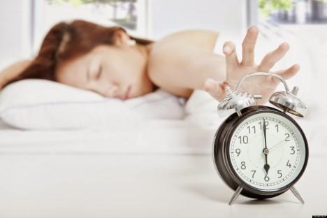 5. mýtus: Snídani můžeme klidně vynechat Skutečnost: Tělo naopak po ránu energii potřebuje, aby mohlo normálně fungovat a nastartovat metabolismus. Organismus ochuzený o snídani předpokládá, že bude muset na další přísun energie dlouho čekat, a proto využívá každé možnosti, kdy mu dáme najíst, aby přijatou energii uložil na horší časy do tukových zásob. Vypuštění snídaně proto vede spíše k nadváze a obezitě.