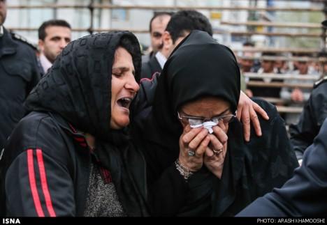 Matka mrtvého a vraha. Obě nyní pláčou v objetí.