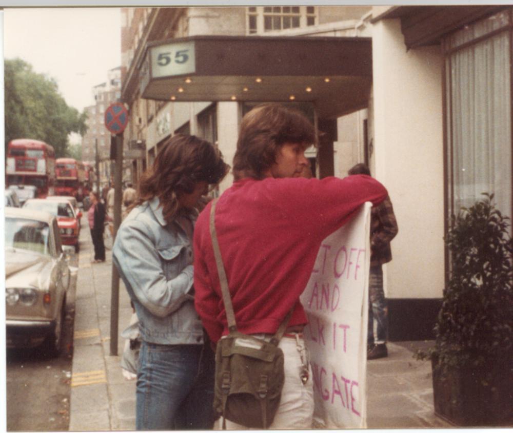 Mladá žena pozná Boba při demonstraci v Londýně.