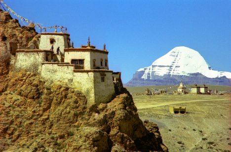 Přístup na vrchol chrání dodnes mniši z nedalekých chrámů.
