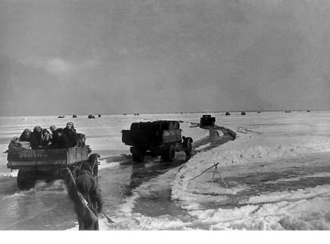 Nákladní auta na zásobovací tepně přes Ladožské jezero se mnohdy potýkají s příliš tenkým ledem.