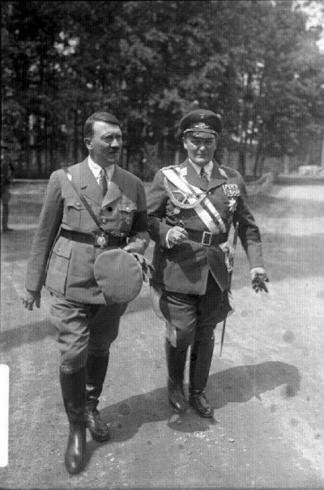 Německý vůdce Adolf Hitler s velitelem německých vzdušných sil Hermannem Göringem, který se svým návrhem poslat letadla na Anglii poprvé nepochodí.
