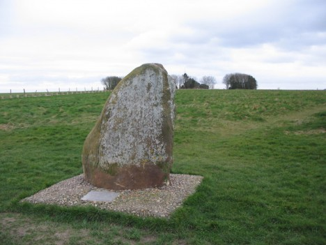 Na místě klíčové bitvy u Ethandunu dnes stojí kamenný památník.