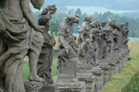 Na sochách neřestí a ctností, vytesaných z místního tvrdého pískovce, pracuje Matyáš Bernard Braun dva roky. Dokončí je roku 1719.