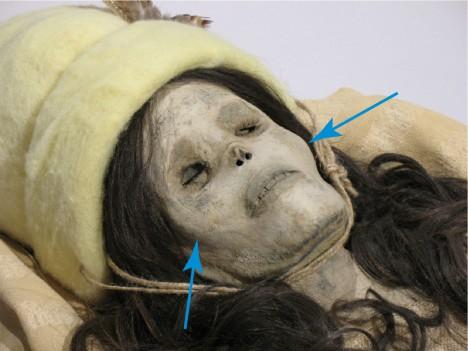 Nalezená těla mají zřetelné bělošské rysy.