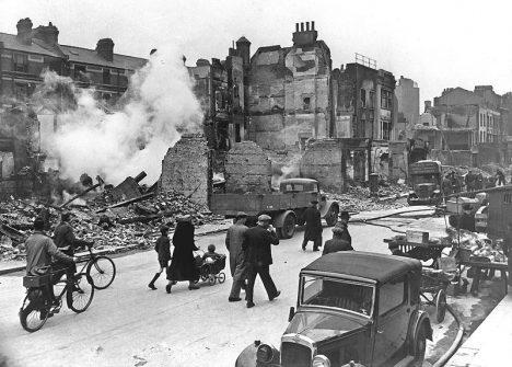 Navzdory nepřátelskému bombardování se Londýn nevzdá. Anglická odolnost slaví triumf.
