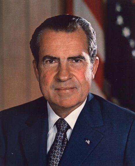 Nixon má s Kennedym zpočátku velmi dobré vztahy.