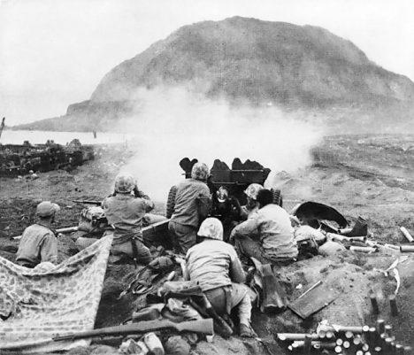 O ostrov Iwo Jima probíhají kruté boje. Japonci se nechtějí vzdát.