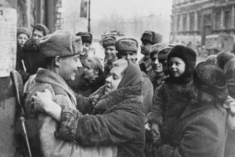 Obyvatelé obleženého města vítají 27. ledna 1944 své zachránce.