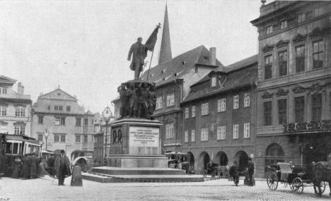 Odlitek z bronzu na pražském Štěpánském náměstí (dnešní Malostranské) není po chuti některým českým vlastencům.