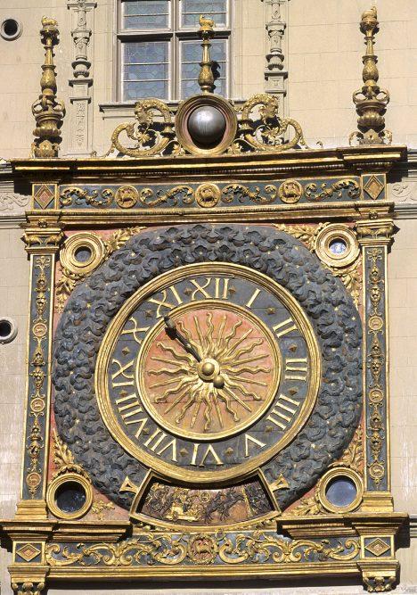 Orloj na radniční věži ve francouzském městě Rouen ukazuje čas už od roku 1389. Patří mezi trojici nejstarších věžních hodin v zemi. Předčí je orloj z roku 1324 na kated