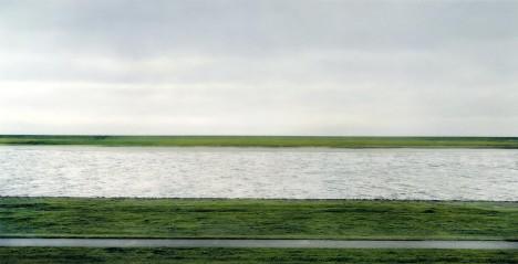 1. místo: Rhein II. - Žebříček nejlépe prodaných snímků aktuálně vede fotografie německého autora Andrease Gurky, který má v první pětici také dvojí zastoupení. Jeho snímek řeky Rýn se v New Yorku vydražil za plných 4 338 500 dolarů. Tedy 108 milionů korun.