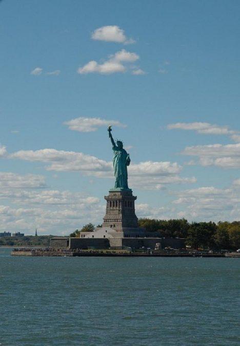 Podfukář si troufne dokonce i na tradiční symbol Ameriky, sochu svobody.