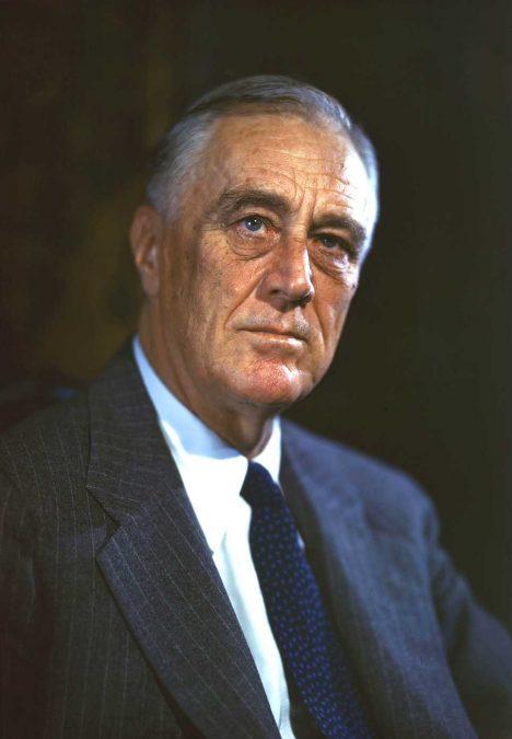 Prezident Franklin Delano Roosevelt přijme nástroj darem.