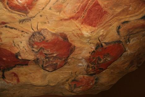 Po jeskynních stěnách se prohánějí různá barevné zvířata.