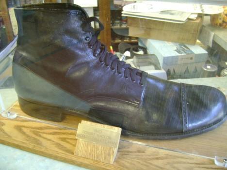 Boty měl Wadlow vytvořené na míru firmou, které dělal reklamu.