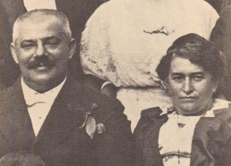 Rodiče budoucího spisovatele Hermann a Julie Kafkovi. Otec je tvrdý a nekompromisní obchodník.