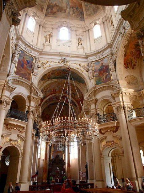 Ruský car Alexandr II. věnoval české pravoslavné církvi lustr ve tvaru carské koruny. Visí v kostele Svatého Mikuláše na pražském Starém Městě