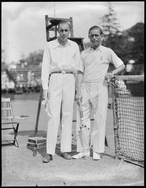 S Američanem Williamem Tildenem pořádá Karel Koželuh exhibiční zápasy.