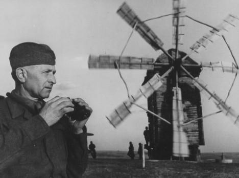 S Ludvíkem Svobodou společně budují československé vojsko. Píka chce, aby Svoboda velel jednotkám které budou osvobozovat Československo.