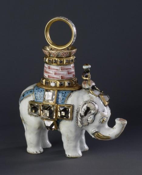 Slon z bíle smaltovaného zlata mytologicky symbolizuje křesťanství.