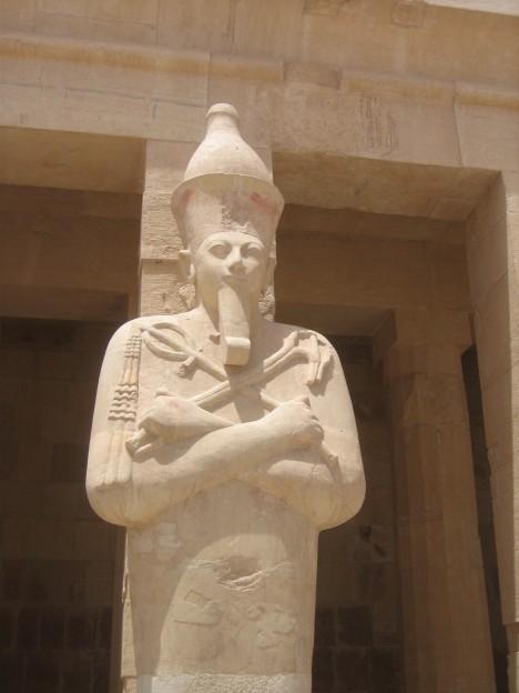 Socha egyptské královny Hatšepsut. Už v době její vlády se objevil strunný hudební nástroj.