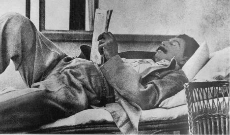 Stalin-reading_1933