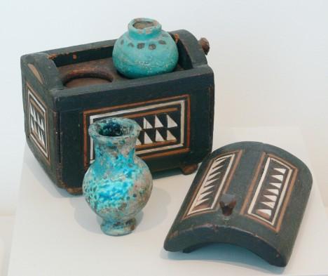 Staroegyptská kosmetická výbava. Skříňka skrývala různá líčidla.