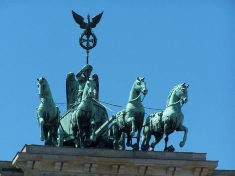 Stavbě dominuje úchvatné sousoší s řeckou bohyní  vítězství.