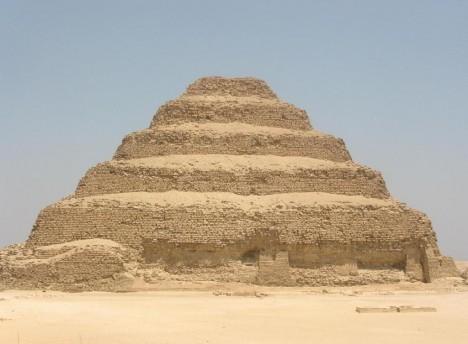 Stupňovitá pyramida v Sakkáře je vysoká 62 metrů.