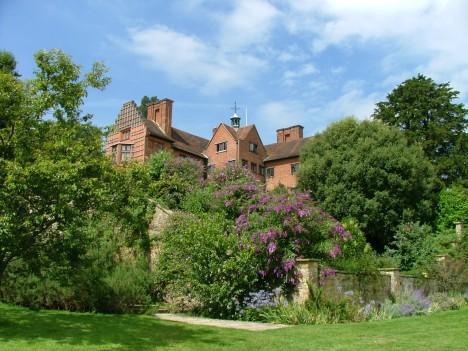 Svůj dům a zahrady v Chartwellu premiér miluje. Rád tu i fyzicky pracuje.