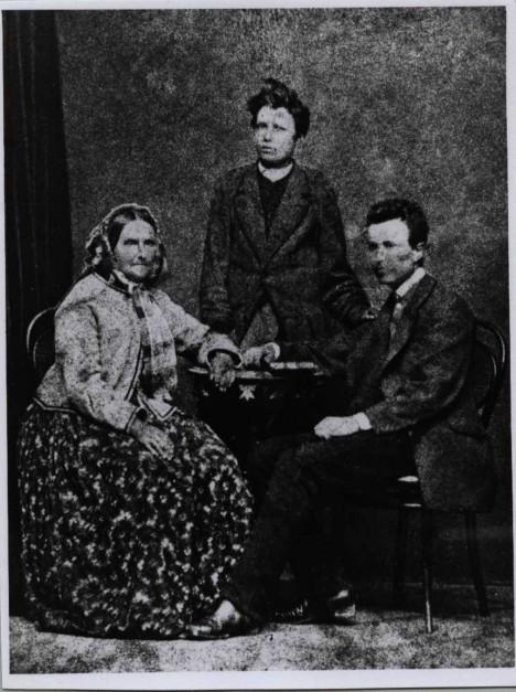 Terezie Masaryková se syny Tomášem a Ludvíkem (stojící). Rodina se musela kvůli otcovu povolání často stěhovat.