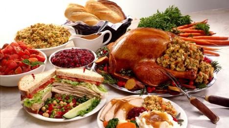 Tradiční menu na Den díkůvzdání. Krocan, brambory, brusinková omáčka a dýňový koláč. Původní jídelníček však zcela určitě vypadal jinak.