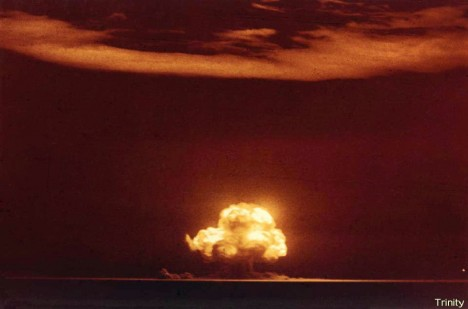 Atomový hřib z testovacího výbuchu vystoupal do výšky dvanácti kilometrů.