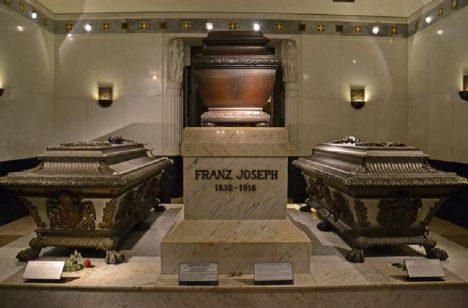 U příležitosti 60. výročí nástupu císaře Františka Josefa I. (1830–1916) na trůn vzniká v roce 1908 jako součást Kapucínské krypty jeho hrobka s přilehlou kaplí.