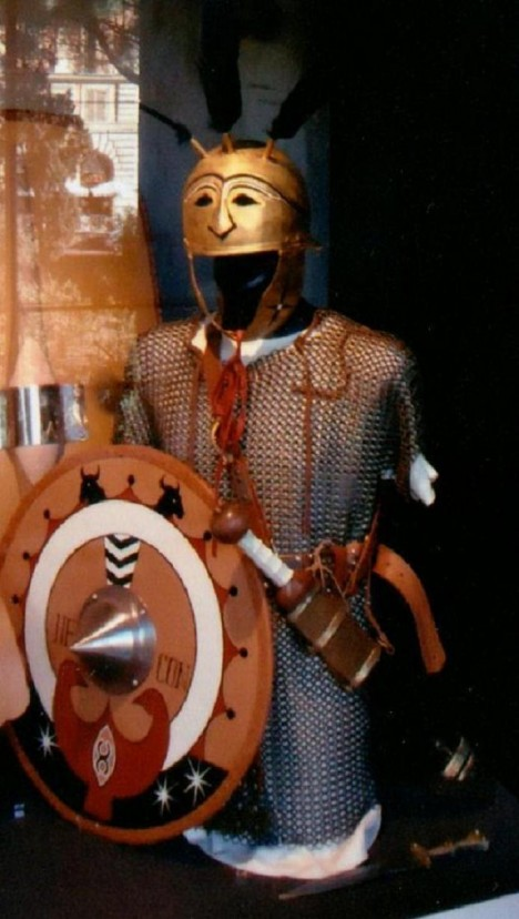 Výstroj legionáře z výstavy ve Flaviově amfiteátru v Římě. Vojáci nosili celkově  včetně výzbroje až 40  kilogramů.