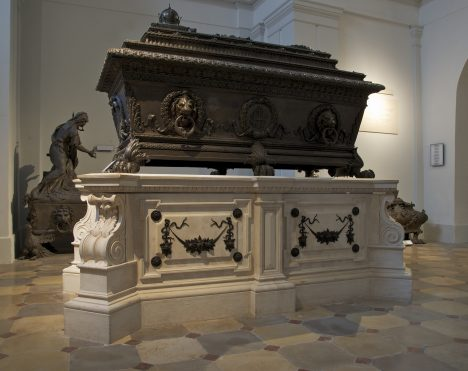 Všechny kovové sarkofágy v kryptě ukrývají uvnitř dřevěné okované rakve se dvěma zámky. Jeden klíč dostanou dostanou kapucínští mniši, druhý skončí ve vídeňské dvorní klenotnici.