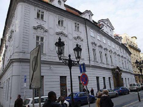 V Celetné ulici v Pachtovském paláci má generál Windischgrätz služební byt. Po ráně kulkou zde umírá jeho manželka.