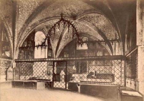 V karlštejnské kapli svatého kříže měly své místo i české korunovační klenoty. Když se odvážely pryč, doprovázeli průvod ozbrojení střelci.