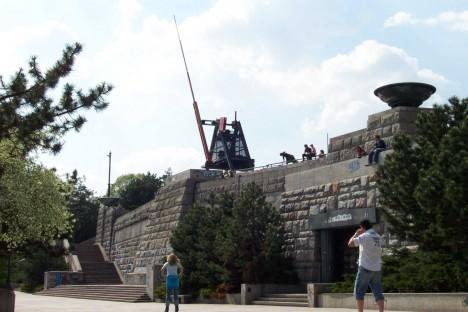 V současnosti stojí na místě někdejší diktátorovy sochy metronom.