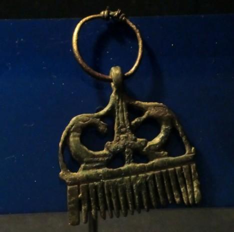 Ve středověku mají hřebeny otevřenou cestu do Evropy. Bronzový umělecky zpracovaný hřeben má původ v 11. století ve Švédsku.