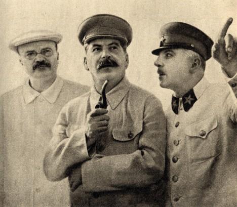 Vjačeslav Michajlovič Molotov (vlevo) se Stalinem. Molotov pil obrovské dávky alkoholu.