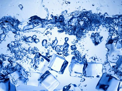 Voda se při běžném tlaku promění v led, jakmile teplota klesne pod nulu. Ale...