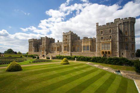 Jde o 2. největší doposud obývaný hrad na světě (po Pražském hradu) a největší hradní celek ve Velké Británii. Je hlavním sídlem královny Alžběty II. pro pracovní závazky, ale i pro soukromý pobyt. Velmi významnou částí hradu je kaple sv. Jiří, ve které jsou pochováni někteří angličtí králové.