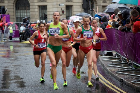 Špičkoví maratonci běží 2 hodiny průměrnou rychlostí necelých 20 km/h. Vytrvalost by jim v souboji se zvířaty pomohla.